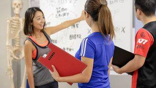 FiSMの女性トレーナーが指導している場面