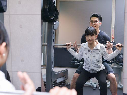 東京のパーソナルトレーニングジムB-BODYでの指導風景